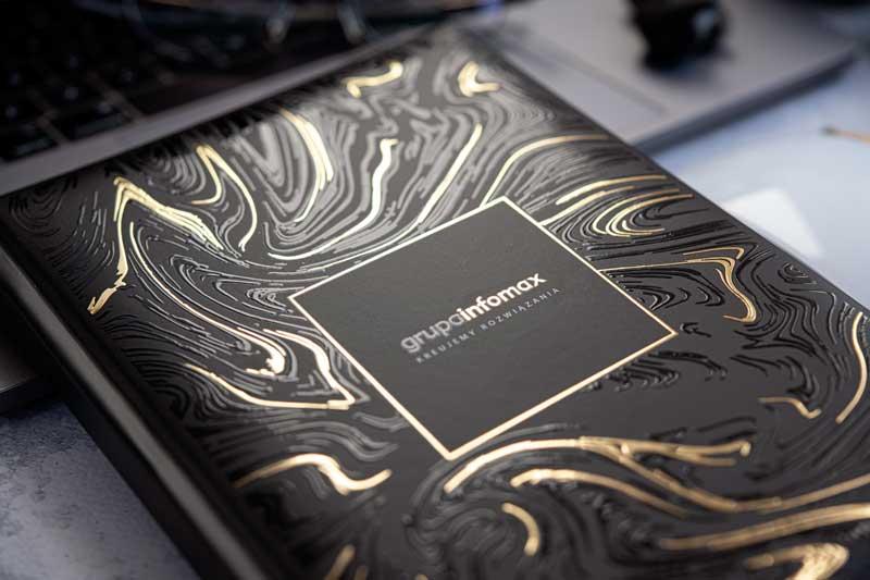 Okładka kalendarza z elementami pokrytymi złotą błyszczącą folią i lakierem wypukłym 3D