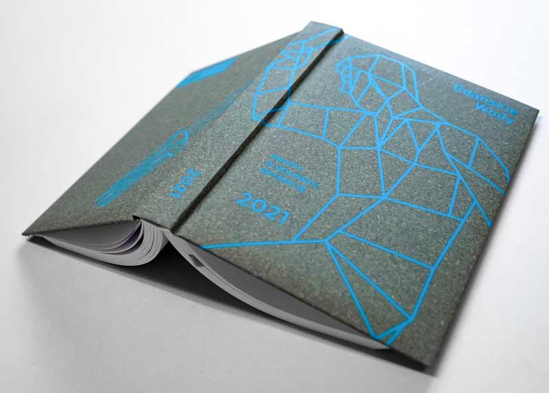 Okładka wykonana z szarego papieru Natura Plus z sitodrukiem w kolorze błękitnym