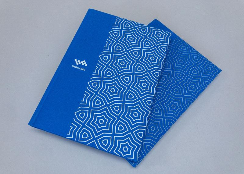 Płócienna okłądka kalendarza w kolorze niebieskim z zadrukowanym białym patternem